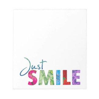 Gerade Lächeln-glückliches Zitat 01 Notizblock
