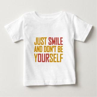 Gerade Lächeln und ist sich nicht Baby T-shirt
