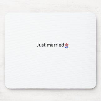 gerade verheiratet mousepads