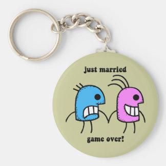 gerade verheiratet standard runder schlüsselanhänger