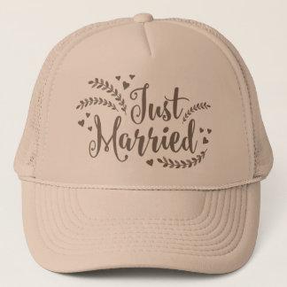 Gerade verheiratete elegante goldene Wedding Truckerkappe