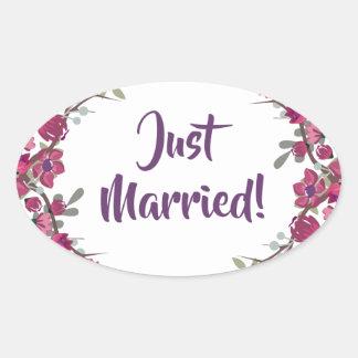 Gerade verheiratete elegante lila Wedding Ovaler Aufkleber