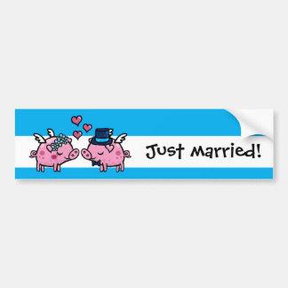 Gerade verheiratete Fliegenschweine Braut und Autoaufkleber
