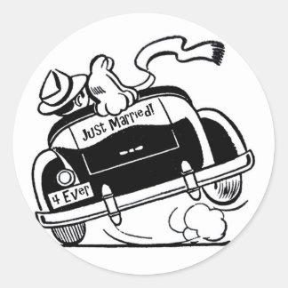 Gerade verheiratete Paare im Auto Runder Aufkleber