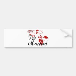 Gerade verheiratete verbindende Herz-Blumenreben Autoaufkleber