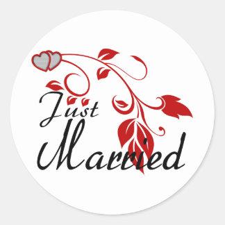Gerade verheiratete verbindende Herz-Blumenreben Runder Aufkleber