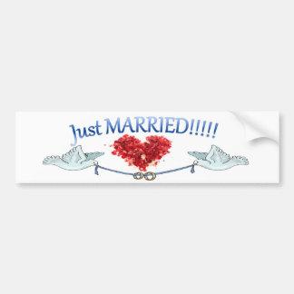 Gerade verheirateter Tauben-Herz-Hochzeits-Ring-Au Autoaufkleber