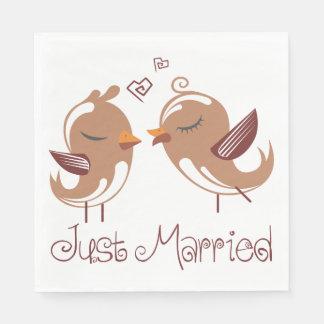 Gerade verheiratetes Brown u. weiße Lovebirds, die Papierserviette