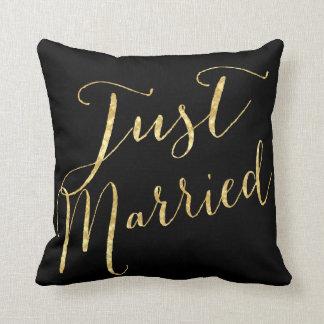 Gerade verheiratetes Goldsequin glitt Kissen