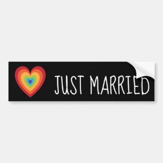 Gerade verheiratetes Retro Regenbogen-Herz für Autoaufkleber