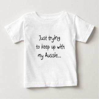 Gerade versuchend, mit meinem australischen baby t-shirt