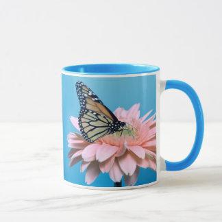 Gerbera-Gänseblümchen und Schmetterling Tasse