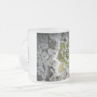 gereiftes Glas Naturwinter erstarren Kristalle Mattglastasse