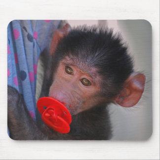 Geretteter Baby-Affe mit einer Attrappe Mauspad