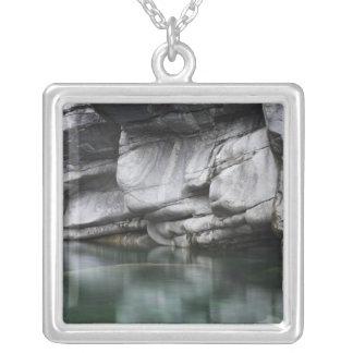 Gerundete Felsen-Klippe durch Verzasca Fluss Versilberte Kette