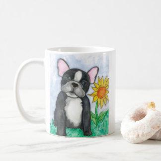 Gescheckte französische Bulldogge mit der Kaffeetasse