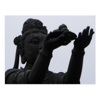 Geschenk, das dem Sitzen von Buddha anbietet Postkarte