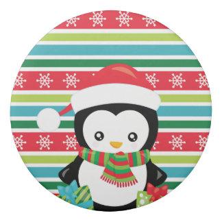 Geschenk-Pinguin auf gestreiftem Radiergummi