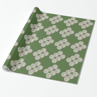 Geschenk-Verpackung - grüne Spirale auf weißem Geschenkpapier