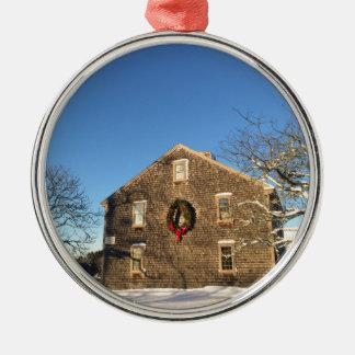 Geschenke: Neu-England Bauernhof-Haus am Rundes Silberfarbenes Ornament