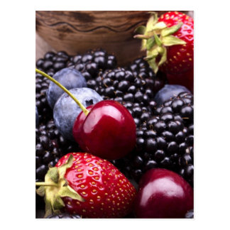 Geschmackvolle Sommer-Früchte auf einer hölzernen  Postkarten