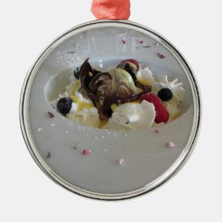 Geschmolzener Schokoladenball mit Zabaglionecreme Silbernes Ornament