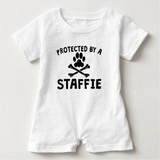Geschützt durch ein Staffie Baby Strampler