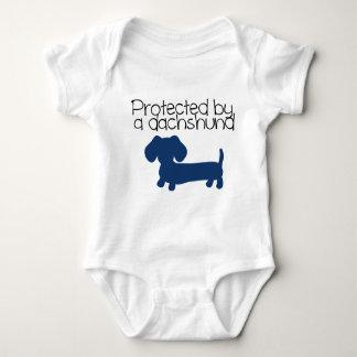 Geschützt durch eine Dackel (blau) Baby Strampler