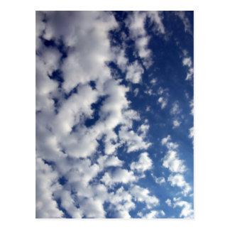 Geschwollene Wolken auf blauem Himmel Postkarte