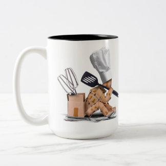 Gesessenes Denken des Koch Charakter mit Zweifarbige Tasse
