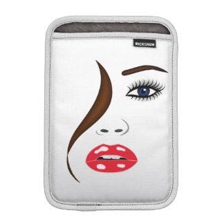 Gesicht mit Lippenstift in der Spiegel iPad Sleeve Für iPad Mini