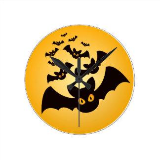 Gespenstische Halloween-Schläger Runde Wanduhr