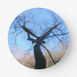 Gespenstischer Baum Runde Wanduhr