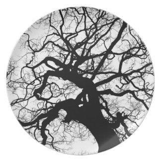 Gespenstischer Baum (Schwarzweiss) Melaminteller