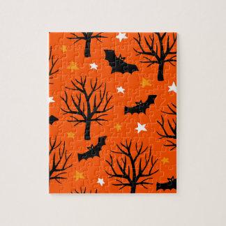 Gespenstischer Halloween-Baum mit Schlägern und Puzzle