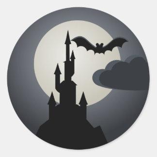 Gespenstisches Spuk Haus Halloweens auf Hügel Runder Aufkleber