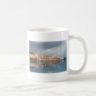 Gestalten Sie Ansicht der Gebäude in Lissabon, Kaffeetasse