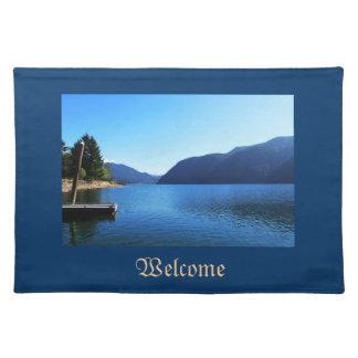 Gestalten Sie Bild des blauen Himmels, See, Berg… Tischset