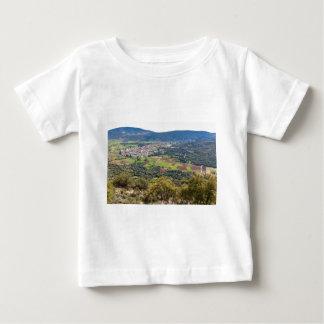 Gestalten Sie Dorf mit Häusern im Tal von Baby T-shirt