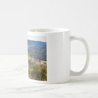 Gestalten Sie Dorf mit Häusern im Tal von Kaffeetasse