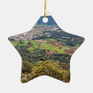 Gestalten Sie Dorf mit Häusern im Tal von Keramik Ornament
