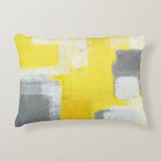 """""""Gestolperte"""" graue und gelbe abstrakte Kunst Dekokissen"""