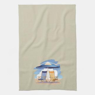 Gestreifte Strand-Stühle u. Regenschirm auf Creme Handtücher