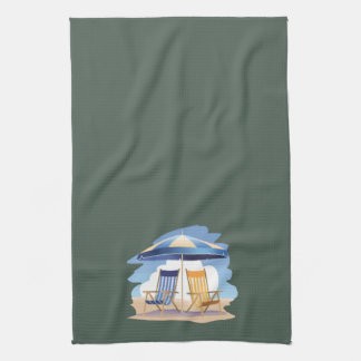 Gestreifte Strand-Stühle u. Regenschirm auf Handtuch