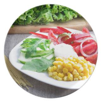 Gesunder vegetarischer Teller des Frischgemüses