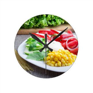 Gesunder vegetarischer Teller des Frischgemüses Runde Wanduhr
