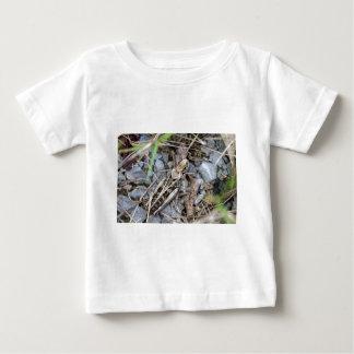 Getarnte Heuschrecke Baby T-shirt