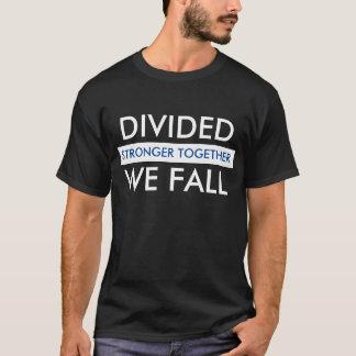 Geteilt fallen wir stärkerer zusammen Männer T-Shirt