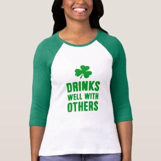 Getränke gut mit anderen St Patrick Tagest-stück T-Shirt