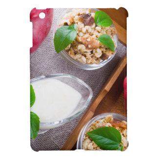 Getreide mit Walnüssen und Rosinen, Jogurt und iPad Mini Hülle